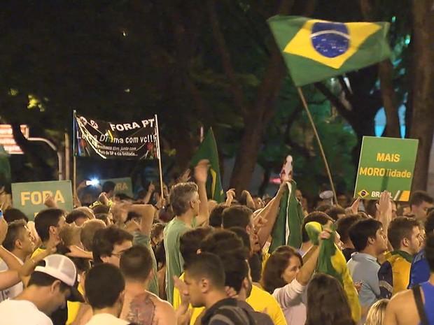 Cerca de 2 mil pessoas, segundo a Polícia Miitar, protestam contra Dilma e Lula na noite desta quarta-feira (16) na Praça da Savassi, em Belo Horizonte (Foto: Reprodução/TV Globo)