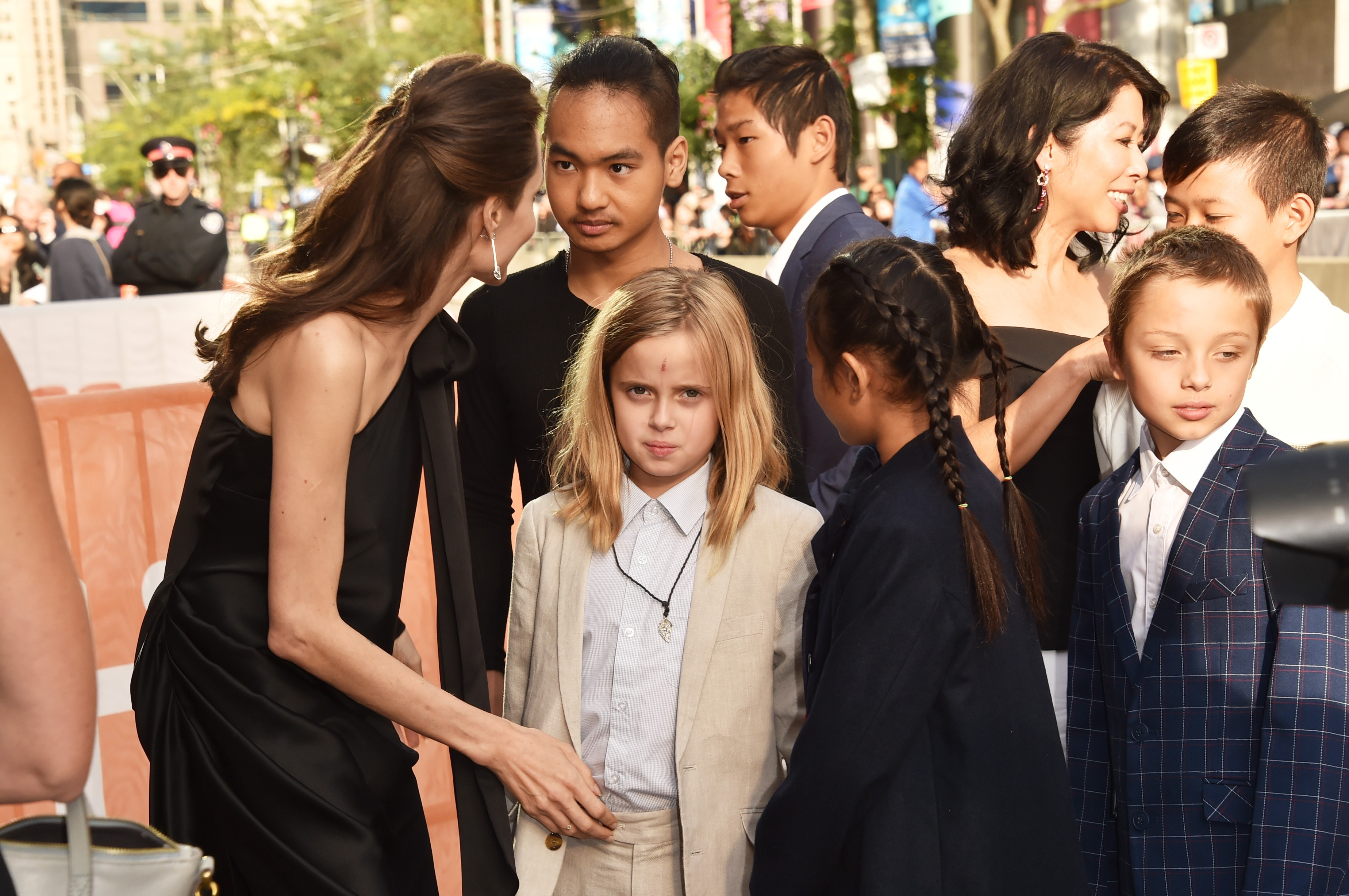 """TORONTO, ON - SEPTEMBER 11:  (L-R) Angelina Jolie, Maddox Jolie-Pitt, Vivienne Jolie-Pitt, Pax Jolie-Pitt, Sareum Srey Moch, Loung Ung, Knox Jolie-Pitt and  Kimhak Mun attend the """"First They Killed My Father"""" premiere during the 2017 Toronto International (Foto: Getty Images)"""