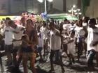 Na Bahia, Bela Gil dança com o filho Nino no colo: 'Não consigo resistir'