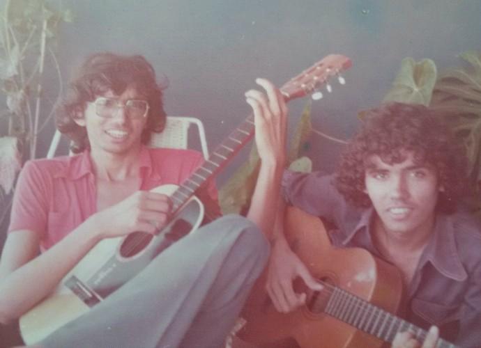 Cantor Falcão com o irmão Marcos Maia na adolescência (Foto: Arquivo Pessoal)