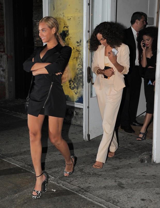 Beyoncé e a irmã Solange Knowles com amiga em restaurante em Nova York, nos Estados Unidos (Foto: AKM-GSI/ Agência)