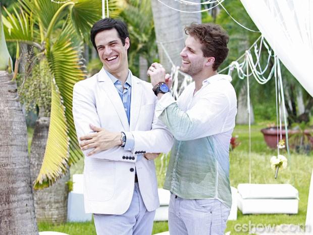 Vestidos de branco, os dois trocam carícias (Foto: Ellen Soares / TV Globo)