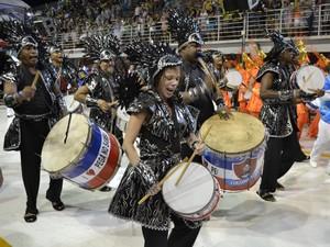 Sob os gritos do público, bateria da Pega no Samba desfila em Vitória (Foto: Viviane Machado/ G1)