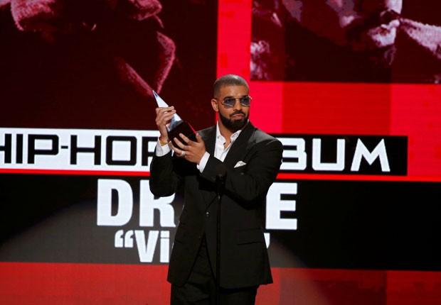 Drake recebe o prêmio de melhor álbum de rap/hip-hop por 'Views' na noite deste domingo dno American Music Awards (Foto: Mario Anzuoni/Reuters)