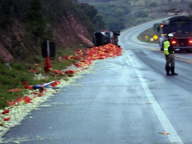Sacos de cebolas ficaram espalhados na pista (Foto: Polícia Militar / Divulgação)