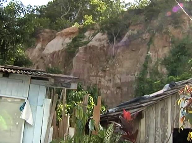 Bairro da Matinha, localizado em entorno de serra, oferece risco de deslizamento, diz Defesa Civil. (Foto: Reprodução/TV Tapajós)