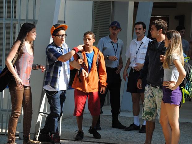 Galera se junta para tentar salvar Lia das mãos de Lupe/Lobo (Foto: Malhação / Tv Globo)