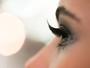 Para usar de dia ou de noite: cílios postiços dão poder ao olhar