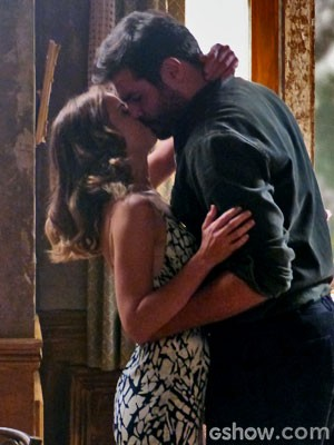 Toni e Hilda se beijam (Foto: Joia Rara/TV Globo)