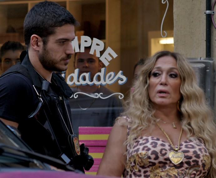 A pedido de Dante, Adisabeba sai do carro (Foto: TV Globo)