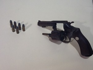 Revólver e munição encontrados com Dione (Foto: Isabela Marinho / G1)