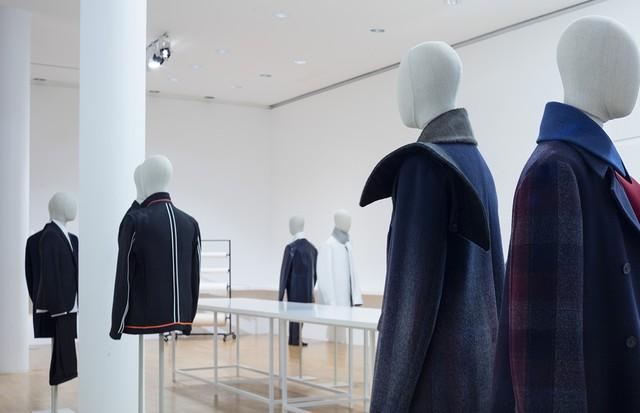"A men's and women's installation at ""Jil Sander. Present Tense"" in Frankfurt (Foto: MUSEUM ANGEWANDTE KUNST)"