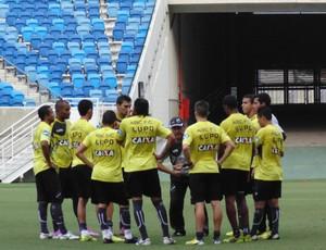Zé Teodoro conversa com jogadores do ABC na Arena das Dunas (Foto: Klênyo Galvão/GloboEsporte.com)