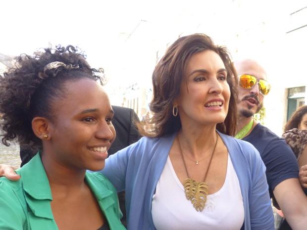 Fátima e fã em Salvador (Foto: Encontro com Fátima Bernardes/TV Globo)
