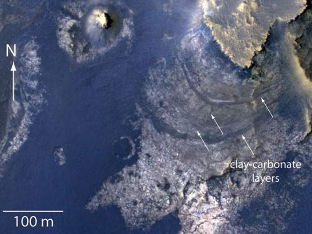 As setas apontam para camadas de argila e carbonato em área que pode ter sido lago em Marte (Foto: NASA/JPL-Caltech/Univ. of Arizona)