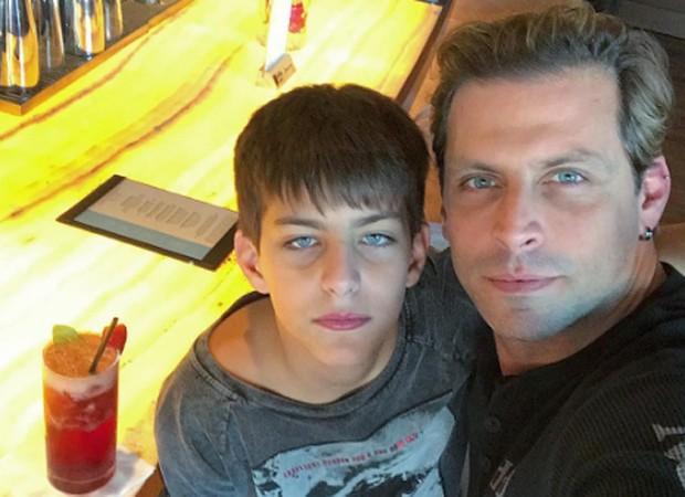 Henri Castelli posa com o filho e fãs reparam semelhança