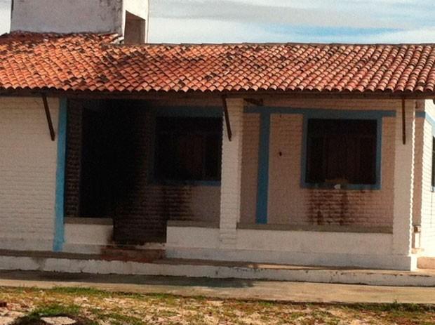 Criminosos jogaram gasolina e atearam fogo na casa da diretora de Alcaçuz (Foto: Ediana Miralha/G1)
