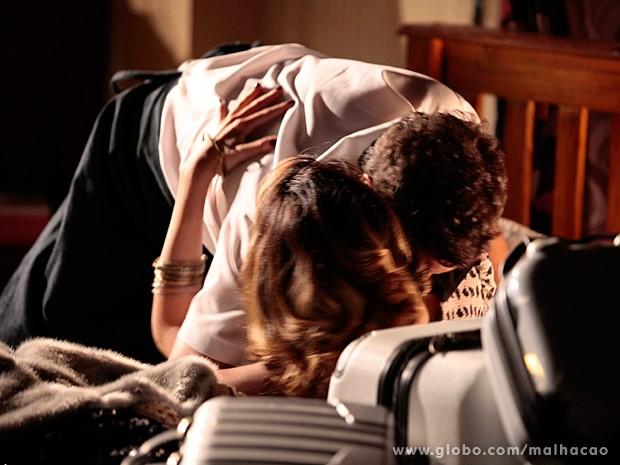 Luciana tasca um beijão de tirar o fôlego em Omar (Foto: Pedro Curi / TV Globo)