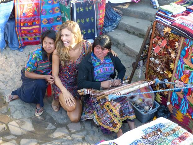 Grazi fez questão de posar com guatemaltecas que ficaram encantadas por ela ser uma atriz brasileira (Foto: Flor do Caribe/ TV Globo)