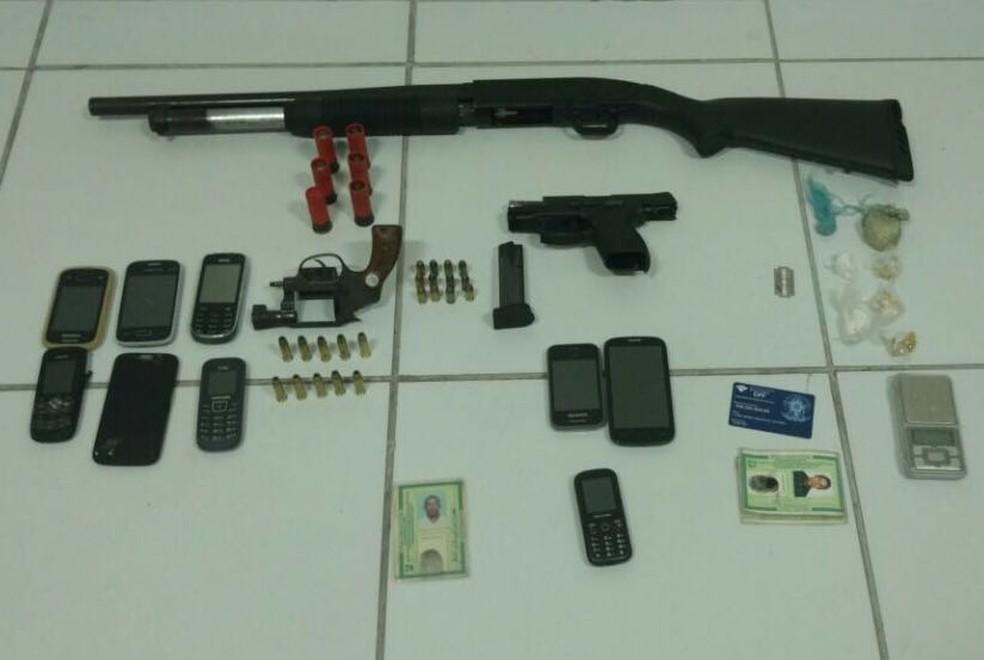 Armas, drogas e munições foram apreendidas durante operação  (Foto: Divulgação/PM)