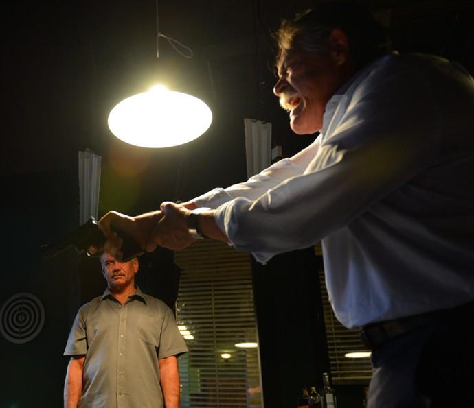 Gibson atira contra vítima (Foto: Pedro Carrilho/Gshow)