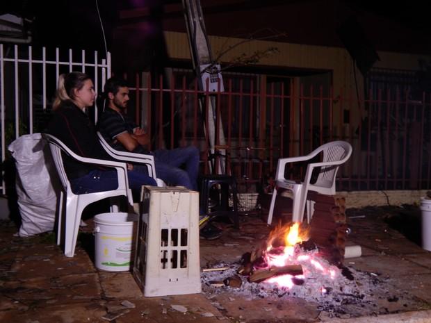 Casal fez fogueira para amenizar o frio (Foto: Laion Espíndula/G1)