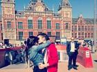 Sophia Abrahão e Fiuk se beijam em cartão postal da Holanda