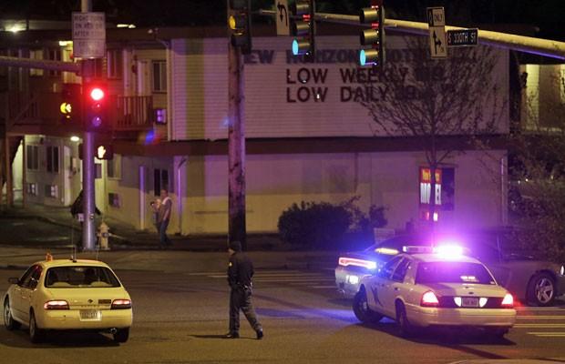 Polícia desvia carro de local bloqueado após tiroteio que deixou cinco mortos em Washington (Foto: Ted S. Warren/AP)