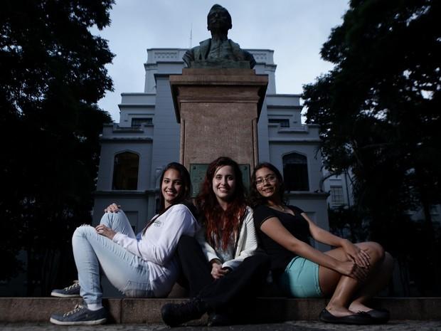 Juntas, Karina Caciola, Maria Clara Lemos e Ana Luísa Rocha passaram em primeiro em vários vestibulares de medicina (Foto: Caio Kenji/G1)