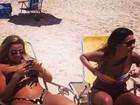 Ex-BBB Monique Amin curte praia e exibe curvas com biquíni pequeno
