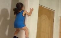 Garotinho sobe pelas paredes?
