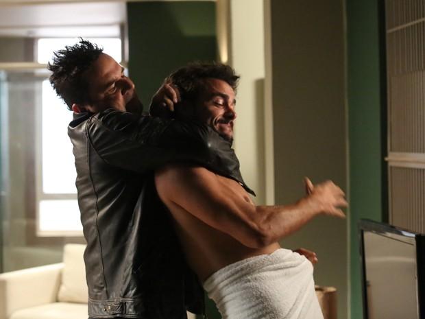 Felipe tenta matar Enrico (Foto: Carol Caminha/ Gshow)