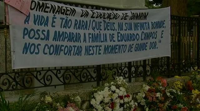 Admiradores visitam túmulo de Eduardo Campos, no Recife