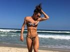 Jaque Khury exibe corpo supersarado em dia de praia no Rio