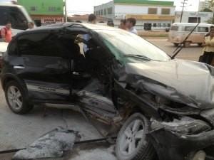 Testemunhas contam que carro foi atravessar a avenida quando foi atingido por uma caminhonete (Foto: Larissa Matarésio/G1)