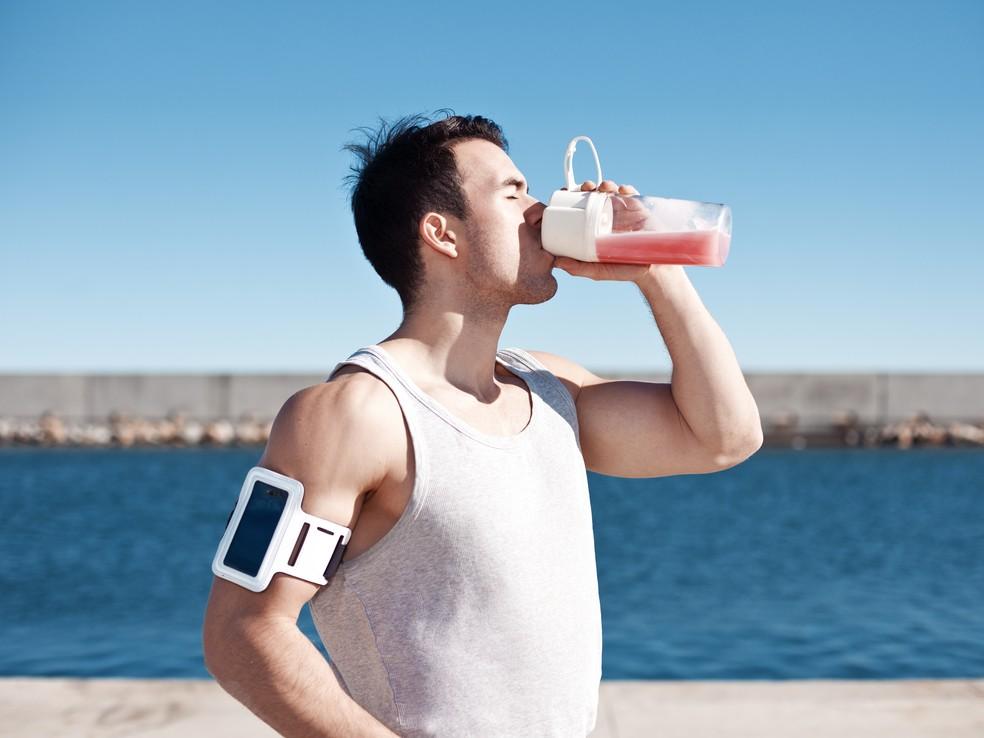 Atleta tomando suplemento após a atividade física: janela de oportunidade (Foto: Getty Images)
