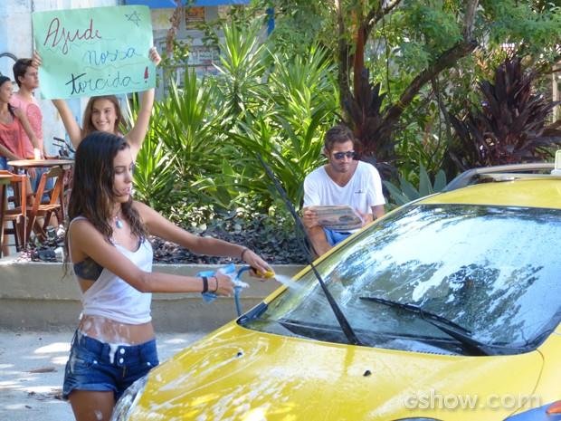As meninas lavam carros em plena praça do Grajaú (Foto: Malhação / TV Globo)