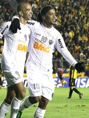 Diego Tardelli e Ronaldinho comemoram gol do Atlético-MG contra o Strongest (Foto: AP)