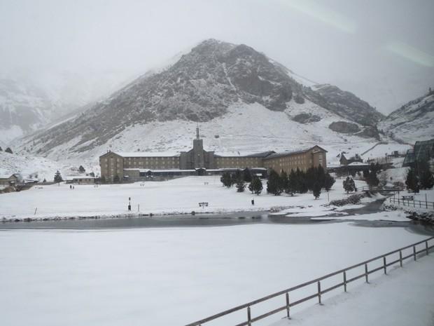 A neve no Vall de Nuria é um dos elementos do belo cenário da cidade espanhola (Foto: Wyldison Rangel/VC no G1)