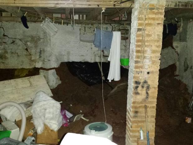 Deslizamento atingiu parede de porão em Tubarão e família precisou deixar casa (Foto: Defesa Civil/Divulgação)