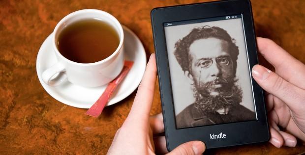 BEST SELLER VIRTUAL Montagem de uma foto de Machado de Assis na tela do Kindle, da Amazon. Por menos de R$ 2, suas obras completas são um sucesso de vendas (Foto: reprodução/Revista ÉPOCA)