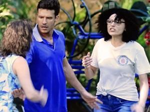 Scarlett mostra que é boa de briga! (Foto: TV Globo)