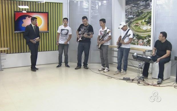 Banda cantou músicas internacionais em homenagem ao dia do rock. (Foto: Bom Dia Amazônia)