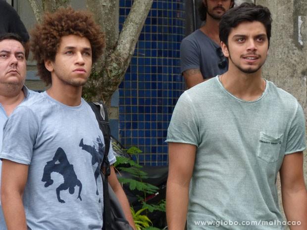 O Bruno não tá nada feliz com o outdoor da Fatinha! O moreno vai dar um forão na gata :( (Foto: Malhação / Tv Globo)