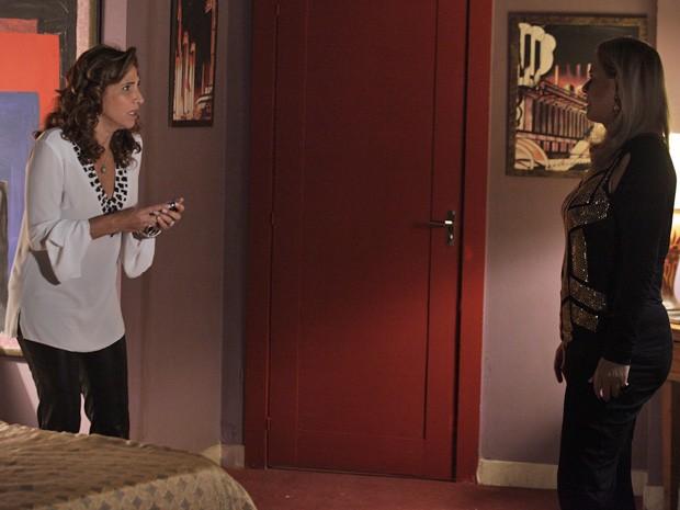 Wanda fala com Irina sobre mensagens (Foto: Salve Jorge/TV Globo)