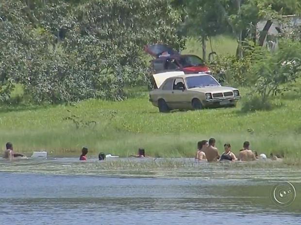 Corpo de Bombeiros pede cuidado com reunião de famílias em lagoas (Foto: Reprodução/TV TEM)