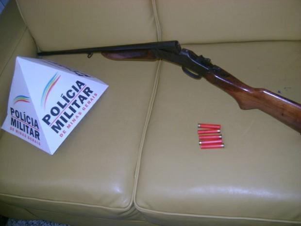 Espingarda e munições calibre 36, apreendidas em Nova Belém (MG). (Foto: Divulgação/Polícia Militar de Meio Ambiente)