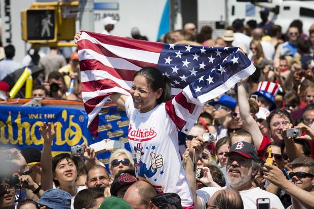 Sonya Thomas comemora sua vitória (Foto: John Minchillo/AP)