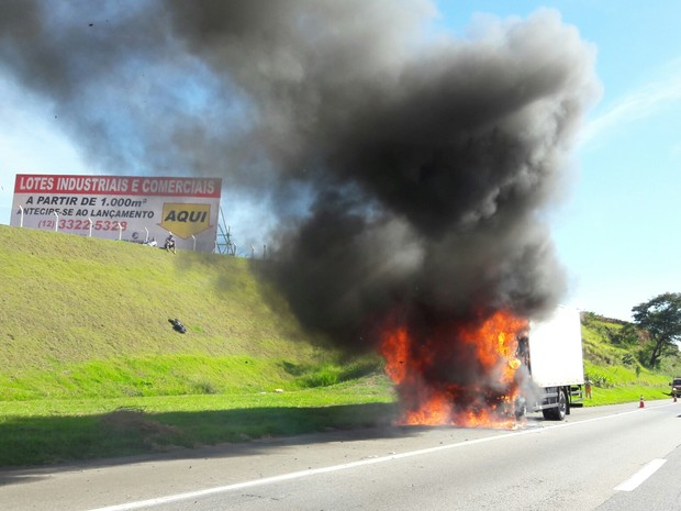 Caminhão pega fogo na via Dutra em Caçapava (Foto: Nina Miranda/Vanguarda Repórter)
