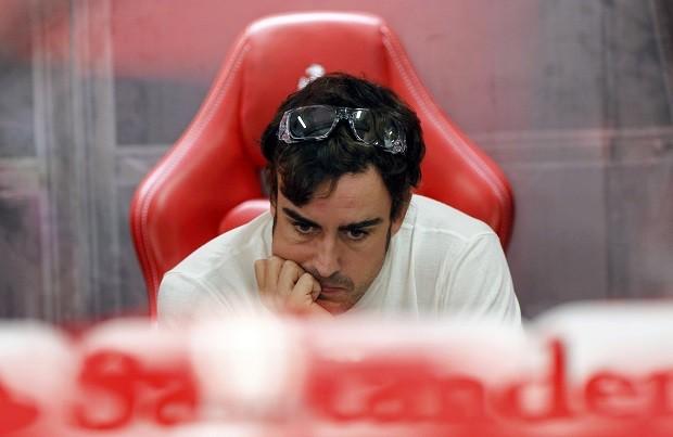 Fernando Alonso nos boxes durante os treinos deste sábado para o GP da Índia (Foto: Reuters)